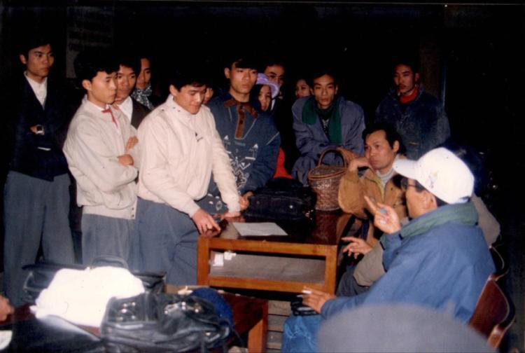 Nhà báo Lại Văn Sâm (người đội mũ trắng) chia sẻ với các bạn sinh viên tham gia chương trình SV 96.
