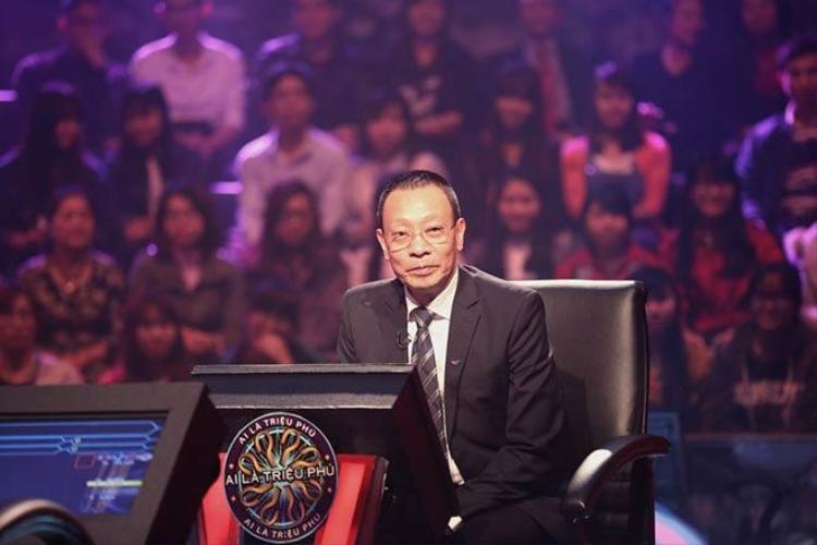 """MC Lại Văn Sâm từng khiến khán giả ấn tượng với câu nói """"kinh điển"""": """"Như vậy là người chơi đã sẵn sàng và chúng ta bắt đầu đi tìm, ai là triệu phú""""."""