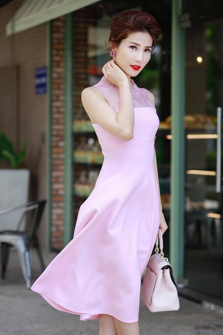 """Khi xuống phố, nàng Helen trong """"Cô Ba Sài Gòn"""" thường lựa chọn những bộ váy mang gam màu nữ tính, nhẹ nhàng, cùng cách makeup son đỏ, làm tóc toát lên nét quyền lực."""
