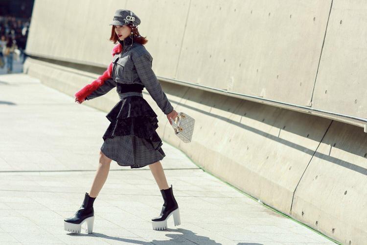 Tuy lần đầu đến với sự kiện thời trang lớn nhất châu Á - Seoul Fashion Week - nhưng Ninh Dương Lan Ngọc đã ghi lại dấu ấn riêng với trang phục cá tính, độc đáo khiến không ít khán giả khá bất ngờ vì đã quá quen với hình ảnh nền nã của cô.