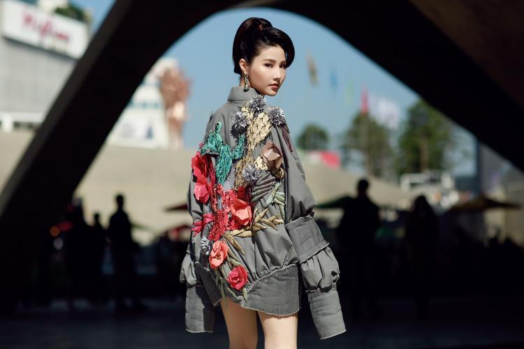 """Mới đây nhất, cô nàng xuất hiện tại tuần lễ Seoul Fashion Week với trang phục đến từ bộ sưu tập """"Em Hoa"""" của nhà thiết kế Công Trí. Bộ cánh được giới mộ điệu đánh giá cao khi thể hiện được khí chất cùng thần thái sang trọng."""