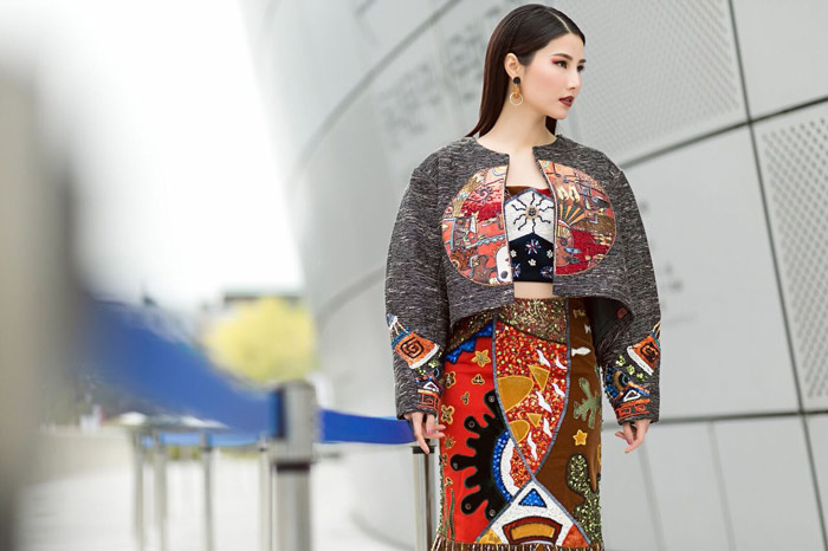 Hoặc những bộ váy ôm sát đính kết họa tiết nổi bật, Diễm My lựa chọn phối cùng áo khoác cape để tạo nên sự nổi bật trên đường phố ngoại.