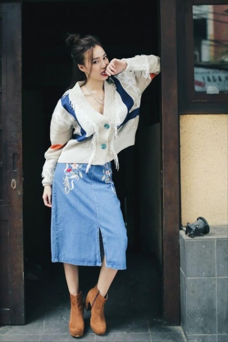 Nữ diễn viên lựa chọn một trong những outfit trang phục với gam màu pastel đáng yêu mang đậm phong cách boho cho ngày giao mùa, nổi bật là chiếc váy jeans và áo dệt hoạ tiết hoa thêu tay ấn tượng.