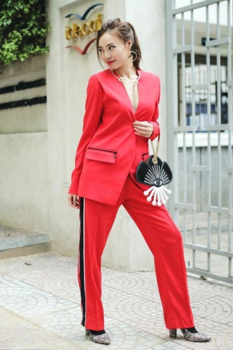 Gam màu đỏ nổi bật, điểm nhấn sọc chạy dọc hai bên sườn quần đem đến cái nhìn thời thượng.
