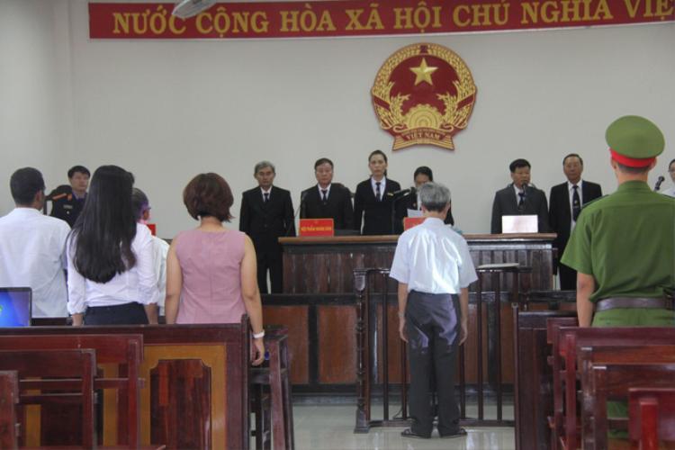 Bị cáo Nguyễn Khắc Thủy tại phiên tòa sơ thẩm sáng 17/11.
