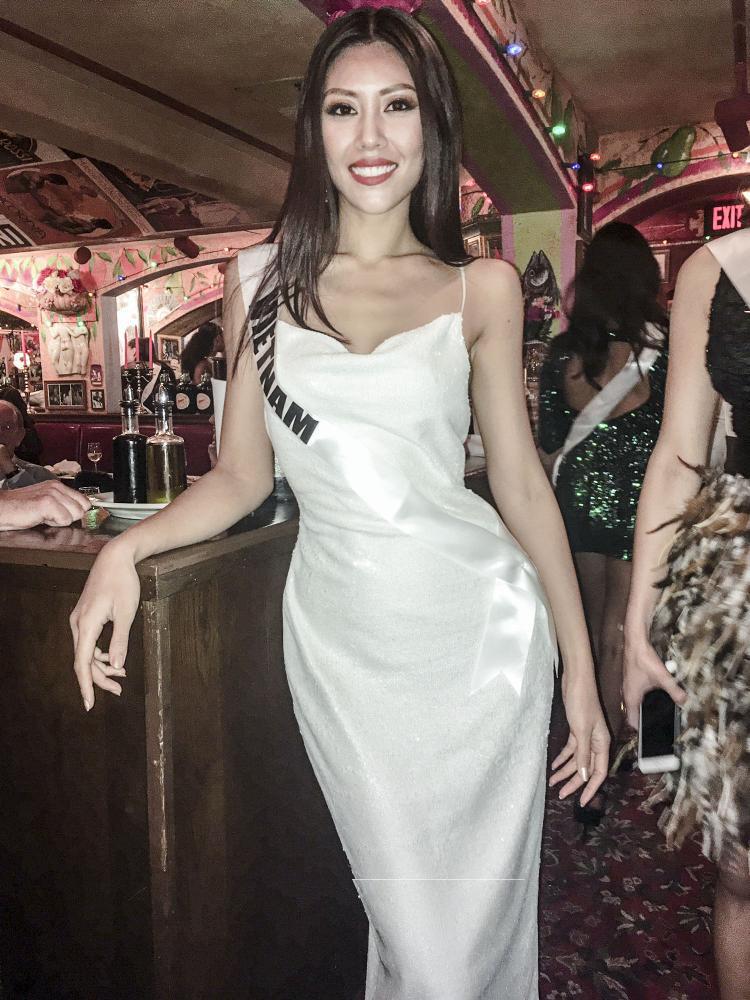 Á hậu Nguyễn Thị Loan mang quốc phục có trống đồng, nón lá đến Miss Universe 2017
