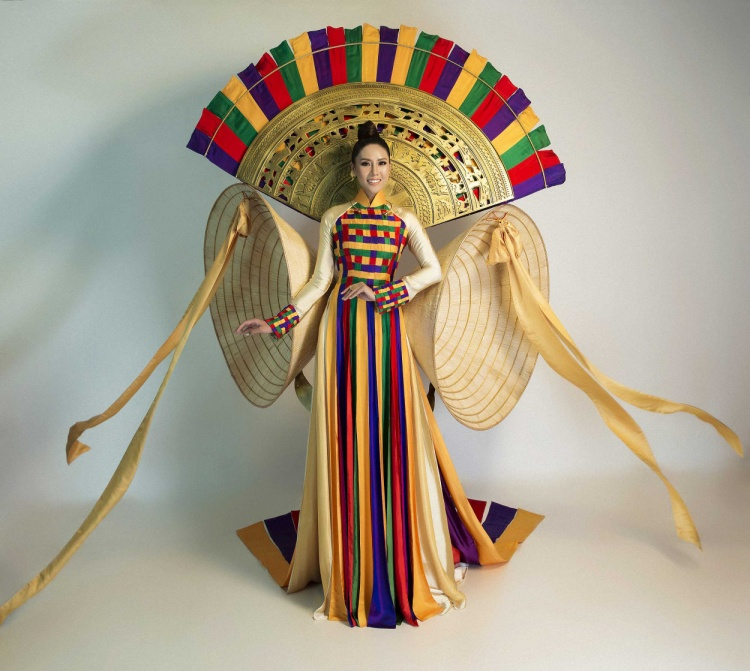 """Quốc phục được lên ý tưởng thiết kế và thực hiện dựa trên hình ảnh chiếc áo dài truyền thống của Việt Nam, làm tôn lên đường cong cơ thể và vẻ đẹp duyên dáng nhưng không kém phần gợi cảm của đại diện nhan sắc Việt. Đặc biệt, """"Hồn Việt"""" được điểm xuyết bởi 2 chiếc nón lá khổng lồ như một đôi cánh cách điệu, cùng phần cánh quạt với họa tiết trống đồng mang đậm dấu ấn văn hóa - lịch sử của dân tộc Việt Nam."""
