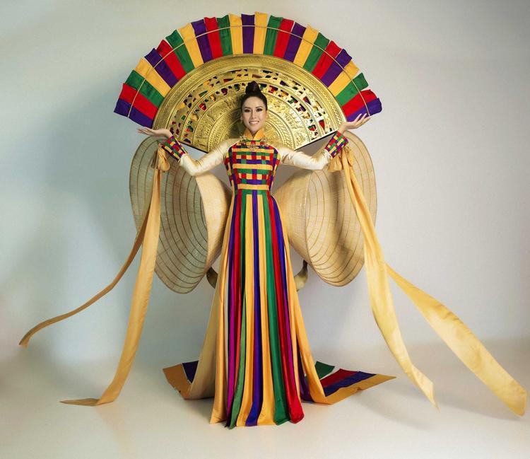 """Bộ trang phục dân tộc """"Hồn Việt"""" được đánh giá cao và gây ấn tượng mạnh bởi sự phối hợp nhiều tầng màu sắc tươi sáng, rực rỡ, mang đậm tinh thần của một cuộc thi sắc đẹp đa sắc màu văn hóa như Miss Universe."""