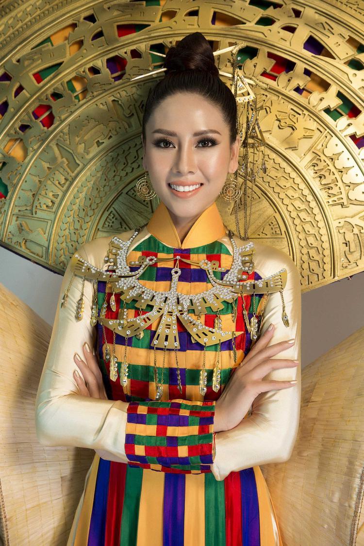 Quốc phục được lên ý tưởng thiết kế và thực hiện dựa trên hình ảnh chiếc áo dài truyền thống của Việt Nam, làm tôn lên đường cong cơ thể và vẻ đẹp duyên dáng nhưng không kém phần gợi cảm của đại diện nhan sắc Việt.