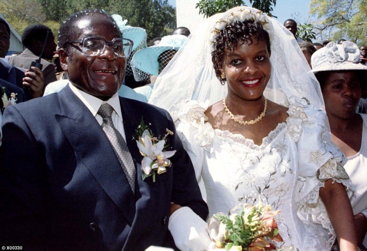 """Năm 1996, bà Grace ly dị chồng và kết hôn với Tổng thống Robert Mugabe. Tiệc cưới của cặp đôi xa hoa đến mức được mệnh danh là """"Đám cưới thế kỷ"""", với sự góp mặt củaTổng thống Nam Phi Nelson Mandela và nhiều nhà lãnh đạo châu Phi khác. Ít ai biết rằng trước đó, bà từng là một người bán thịt gà. Bà bắt đầu có mối quan hệ ngoài luồng với ông Mugabe khi làm thư ký đánh máy tạitại Tòa nhà Nhà nước Zimbabwe."""