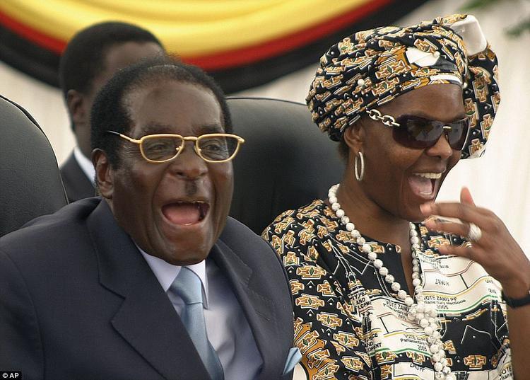 """Bà có biệt danh là """"Gucci Grace"""", xuất phát từ là do thói quen mua sắm xa xỉ, mỗi lần mua sắm lên tới hàng chục triệu đô. Sự xa xỉ này không có gì đáng nói nếu như không trái ngược với tình hình khó khăn ởZimbabwe."""