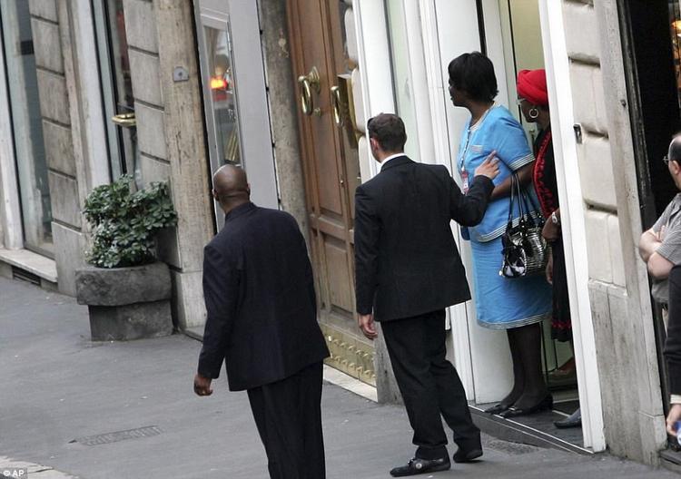 Đệ nhất phu nhân Zimbabwe được hộ tống sau khi mua sắm ở một cửa hiệu giày tại Rome, Italy.Năm 2002, vợ chồng tổng thống bị cấm đến châu Âu, từ đó bà gặp khó khăn hơn trong việc mua sắm các thương hiệu yêu thích. Nhưng về sau, bà chuyển sang Trung Quốc và Trung Đông để thoả mãn sở thích tiêu xài hàng hiệu.