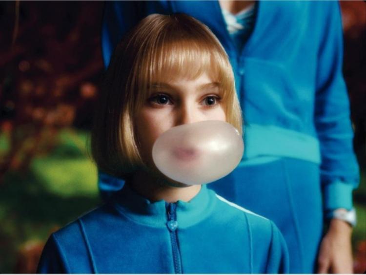 Hành động nhai kẹo cao su bị cấm tuyệt đối ở Singapore.