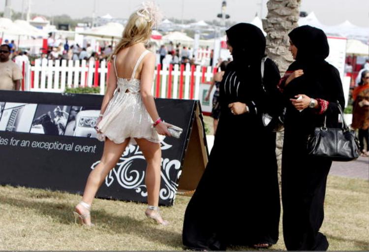 Một số quốc gia bắt người dân, kể cả khách du lịch ăn mặc theo đúng quy định ban hành.