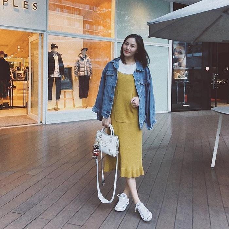 Văn Mai Hương dịu dàng với kiểu tóc long bob màu trầm, kết hợp với váy lên dáng suông và áo khoác jeans.