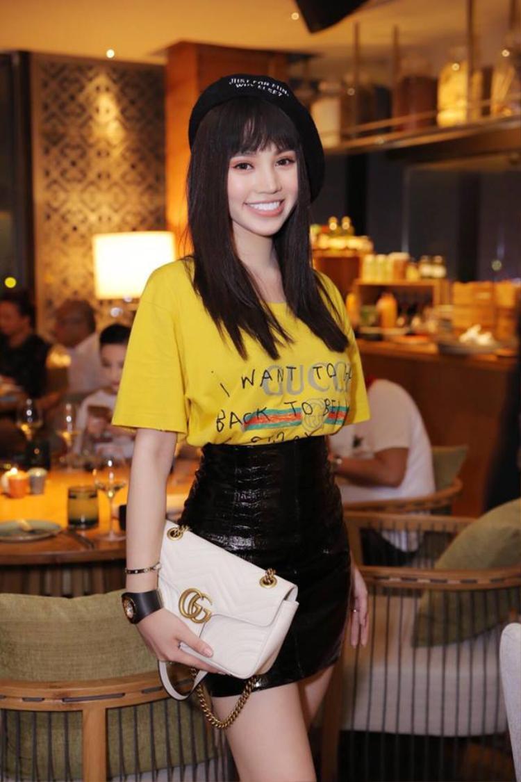 Jolie Nguyễn đến dự sinh nhật Kỳ Duyên với set đồ nhìn đơn giản nhưng toàn hàng hiệu Gucci. Jolie kết hợp tóc đen ép thẳng với mũ nồi nhìn rất trẻ trung và xinh đẹp.