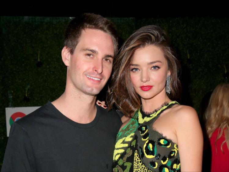 """Evan Spiegel và Miranda Kerr gặp nhau tại một bữa tiệc tối của Louis Vuitton ở Los Angeles. """"Chúng tôi đã là những người bạn rất tốt của nhau một thời gian dài trước khi bắt đầu hẹn hò,"""" Kerr chia sẻ với The Sydney Morning Herald."""