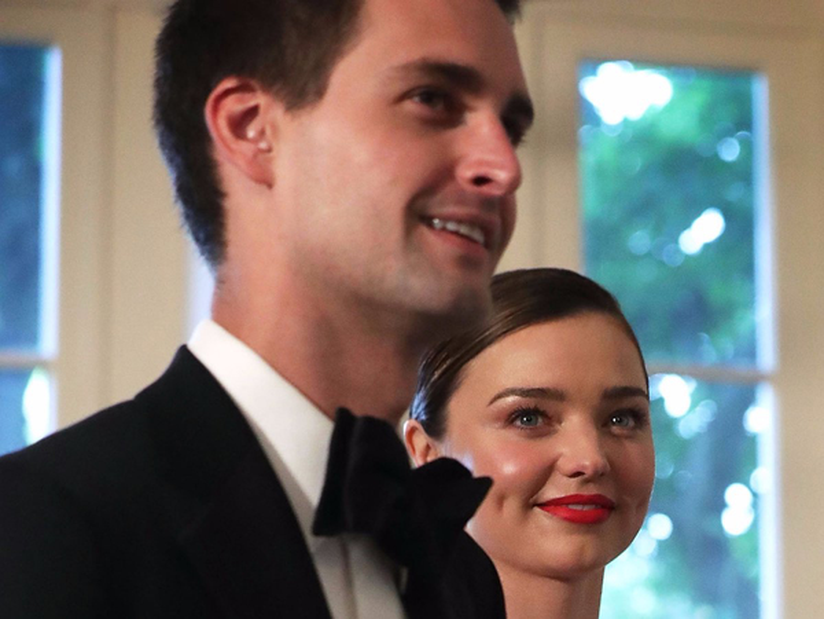 Evan Spiegel và Miranda Kerr kết hôn vào tháng 5 vừa qua tại tư gia. Lễ kết hôn khá đơn giản và ấm cúng với chỉ khoảng 50 khách mời tham dự. Giờ thì tỷ công nghệ trẻ tuổi và kiều nữ chân dài xinh đẹp đang chuẩn bị đón đứa con đầu lòng. Xin chúc mừng cặp trai tài - gái sắc đầy quyền lực.