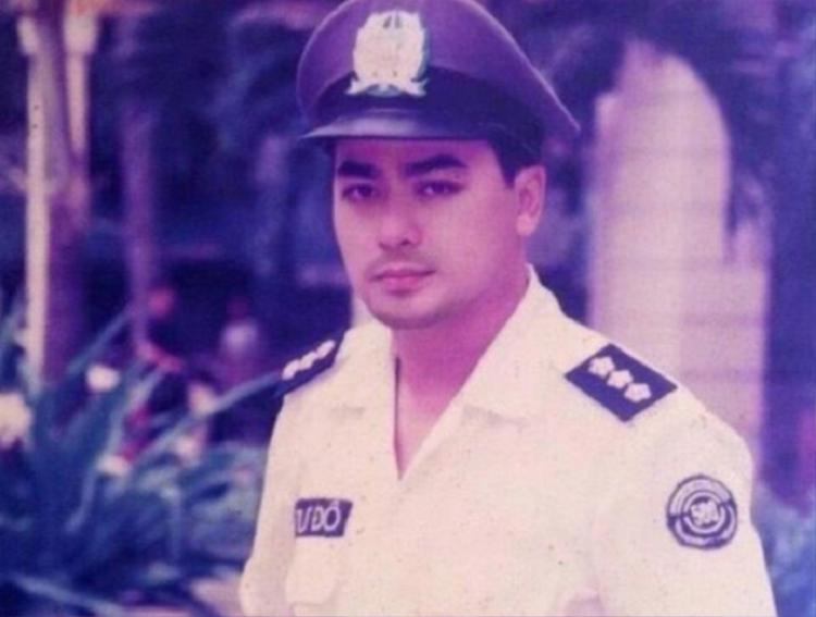 Nguyễn Hoàng từng lột xác hoàn toàn và được khán giả mến mộ qua vai diễn đại úy tình báo Nguyễn Mạnh Cường (Bông hồng trà).
