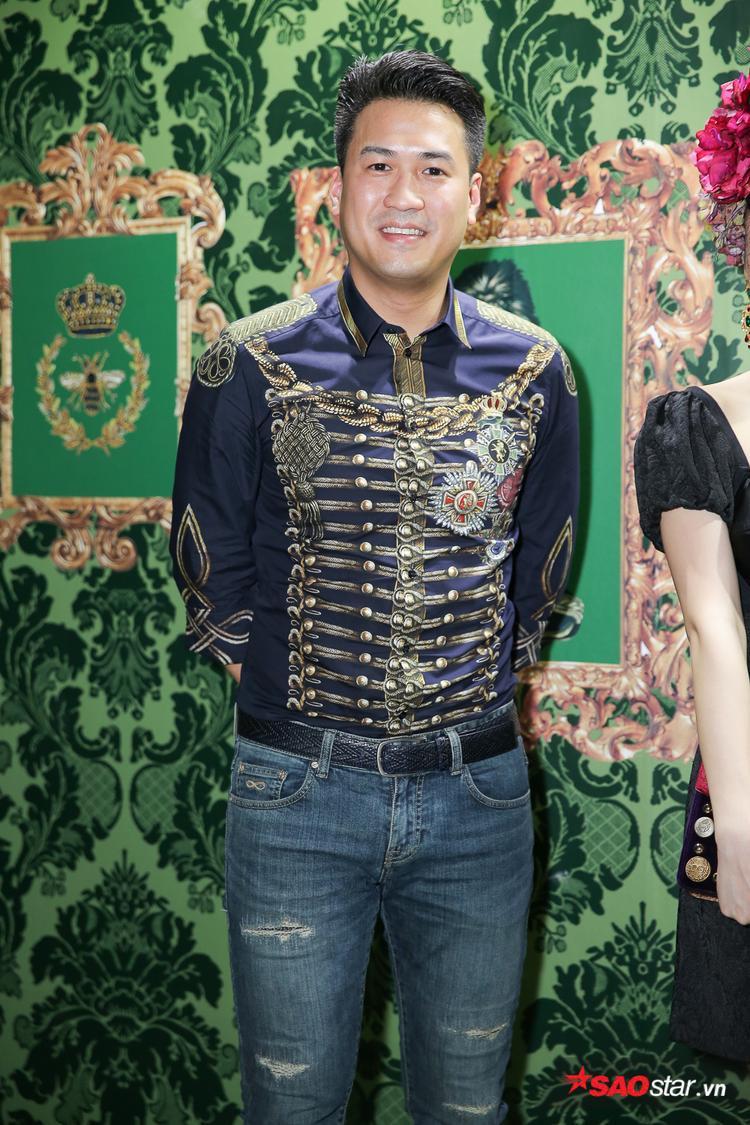 Phillip Nguyễn cực bảnh bao với áo sơmi cùng quần jean rách trẻ trung.
