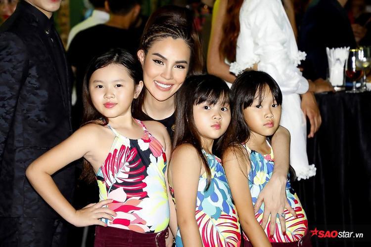 """Á hậu Phương Lê đi sự kiện cùng ba nàng """"công chúa nhỏ"""" cực đáng yêu."""