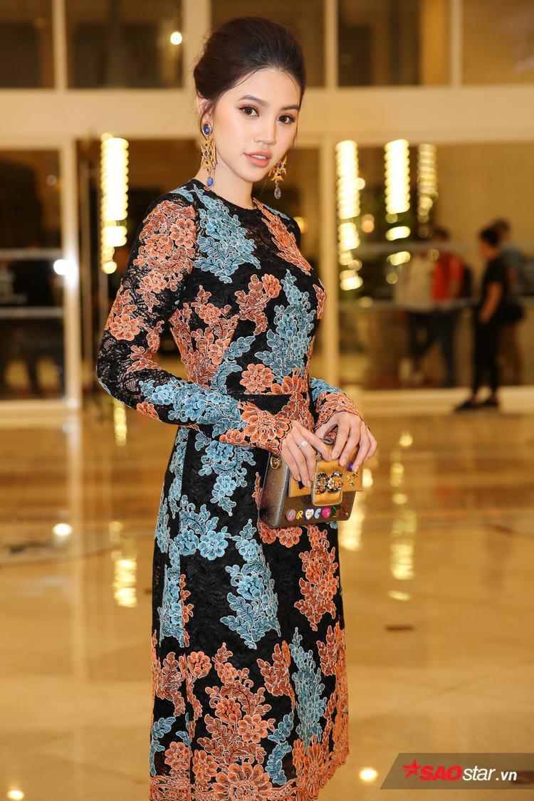 Hoa hậu Jolie Nguyễn cũng gây ấn tượng với phong cách thanh lịch mà không kém phần sang chảnh có giá trị khoảng 300 triệu đồng.