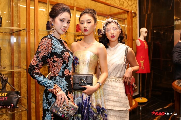 Quỳnh Anh Shyn (ở giữa) khoe vai trần quyến rũ