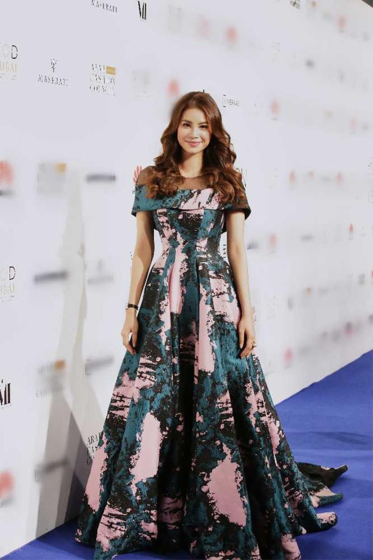 Đến tham dự show diễn PHUONG MY trong khuông khổ tuần lễ thời trang Arab Fashion Week, Phạm Hương cực kỳ lộng lẫy và xinh đẹp.Người đẹp cũng vinh dự đảm nhận 2 vị trí mở màn và vedette của show diễn.