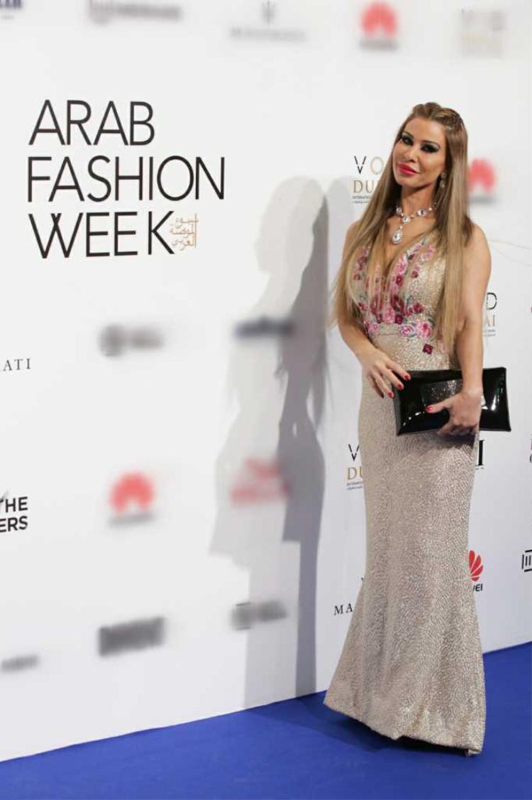 Lara Tabet, nữ MC nổi tiếng và cũng là người dẫn chương trình cho tuần lễ thời trang Arab Fashion Week lần thứ 5.