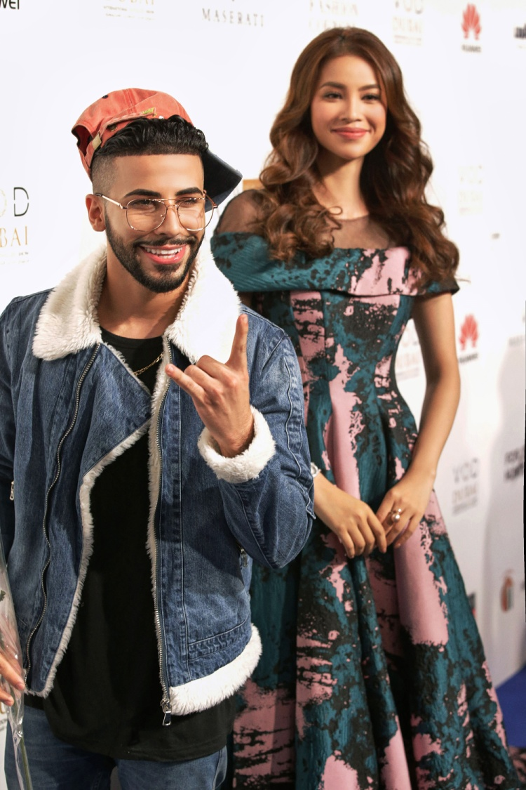 Ca sĩ, Vbloger cực kỳ nổi tiếng tại Dubai và cả Trung đông - Adam Saleh - xuất hiện thu hút một lượng lớn người hâm mộ ở nhiều độ tuổi khác nhau. Adam hết lời khen ngợi nhan sắc của Hoa Hậu Hoàn Vũ Việt Nam, và chủ động chụp hình cùng người đẹp.