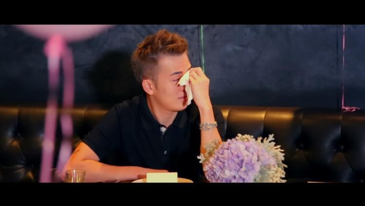 Chàng trai bật khóc không ngừng khi được bạn trai cầu hôn lãng mạn