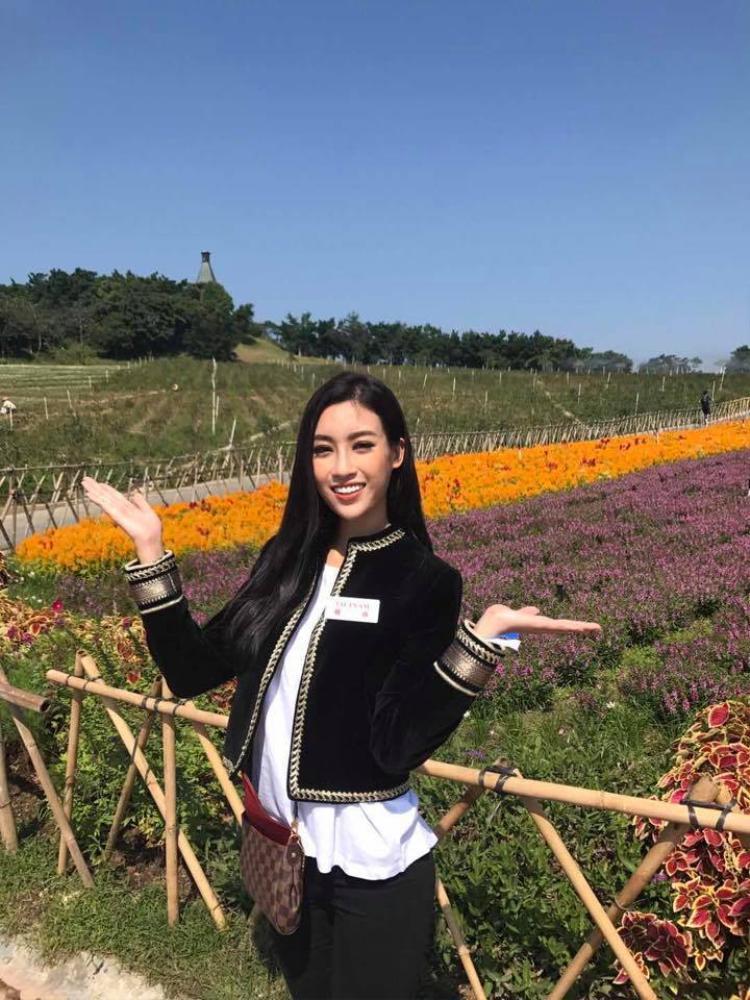 Người đẹp sinh năm 1996 giản dị thăm khu du lịch Tea Stream Valley cùng các người đẹp của Miss World.Nụ cười luôn nở trên môi giúp Đỗ Mỹ Linh ghi điểm trong mắt công chúng.