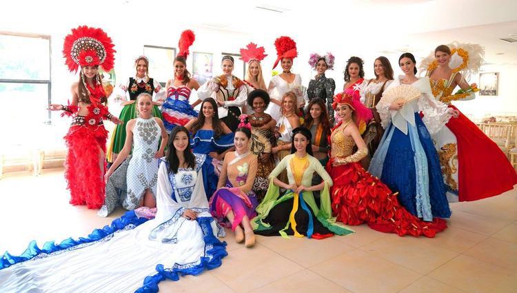 Đỗ Mỹ Linh rạng rỡ cùng bạn bè quốc tế trong phần thi phụ Traditional Dance.