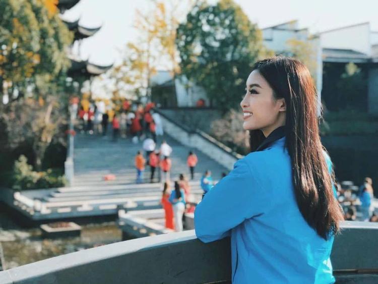 """""""Quãng thời gian ngắn nhưng thật tuyệt vời ở Taiping Lake. Miss World không chỉ cho Linh cảm giác của một thí sinh đến để tham dự cuộc thi, mà còn khiến Linh thấy mình như một lữ khách được dạo quanh nhìn ngắm đất trời bao la, và trên hết, Linh đã học được rất nhiều ở chuyến đi này. Một trải nghiệm quá xuất sắc, quá tuyệt vời"""" - người đẹp 21 tuổi chia sẻ khi được đến thăm các địa điểm nổi tiếng ở Trung Quốc."""