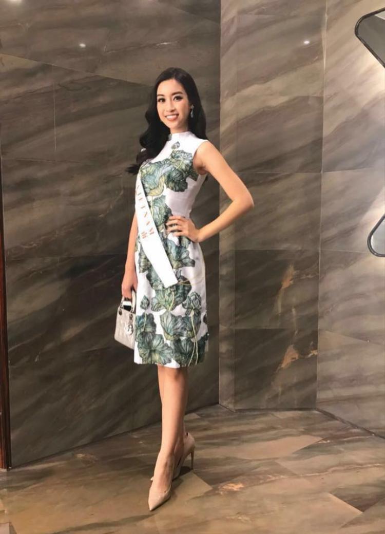 Đỗ Mỹ Linh và các cô gái của Miss World có buổi tiệc chia tay Thẩm Quyến trước khi đến với điểm dừng tiếp theo của cuộc hành trình. Bộ trang phục với hoạ tiết lá sen một lần nữa giúp đại diện Việt Nam ghi điểm trong mắt khán giả quê nhà.