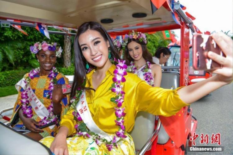 Ngày 7/11, các người đẹp có mặt ở Tam Á (Trung Quốc). Đây là điểm dừng chân cuối cùng của hành trình Miss World 2017. Đỗ Mỹ Linh cùng những người bạn đến từ khắp nơi trên thế giới diện trang phục rực rỡ, đội vòng hoa tham dự lễ diễu hành trên đường phố. Khoảnh khắc tự sướng đáng yêu của đại diện Việt Namđược ống kính máy ảnh ghi lại.