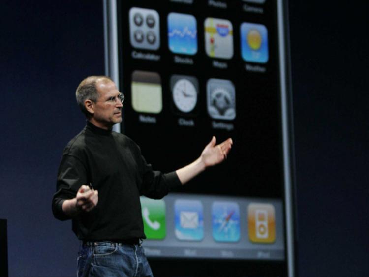 Điều tệ hại nhất là iPhone đời đầu còn không có App Store, thứ tạo nên sự hấp dẫn nhất của chiếc điện thoại đến từ Apple đối với nhiều người. Theo đó, Steve Jobs thậm chí còn từng không muốn iPhone có App Store bởi ông muốn toàn quyền kiểm soát trải nghiệm ứng dụng của người dùng.