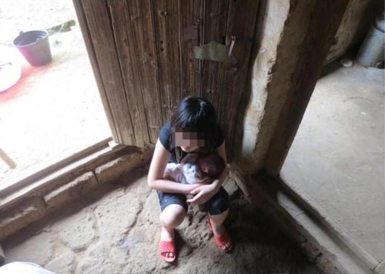 Ở tuổi 14, cô bé đáng lẽ sẽ cùng đến trường cùng bao bạn bè khác, nhưng lại làm mẹ từ năm 12 tuổi.