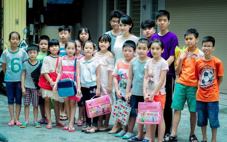 Ảnh chụp kỷ niệm bên các học sinh của lớp luyện chữ đẹp cô Thanh.