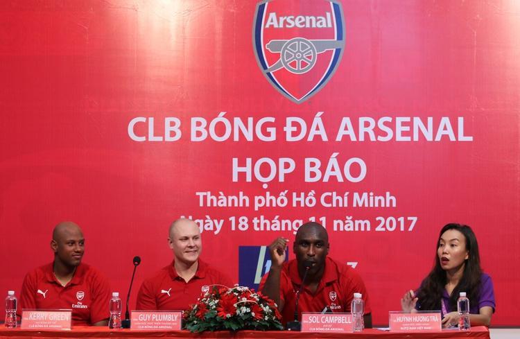 Sol Campbell nói xin chào bằng tiếng Việt. Ảnh: QT