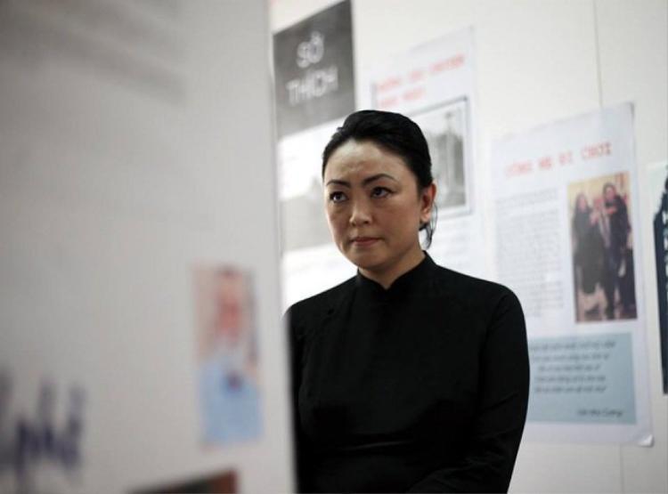 Con gái thầy Văn Như Cương lặng lẽ bên những tấm hình về người cha, người thầy đáng kính của mình.