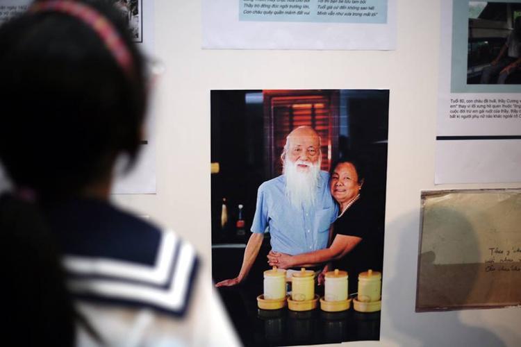 Hình thầy Cương và vợ cũng được trưng bày trong triển lãm.