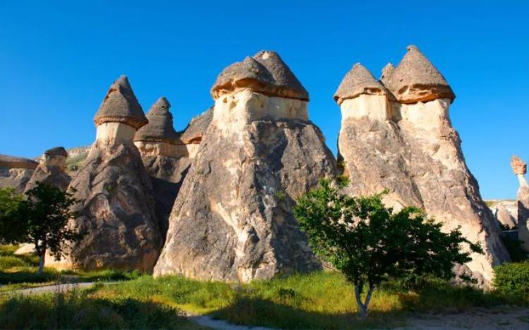 """13. Capadocia, Thổ Nhĩ Kỳ: Những """"ống khói"""" khổng lồ này là 1 trong những nét đặc sắc của thung lũng đá núi lửa nằm ở trung tâm Thổ Nhĩ Kỳ. Nơi đây trông như một xứ sở kỳ lạ với những mỏm đá vươn cao và nhiều khe nứt, hang động."""