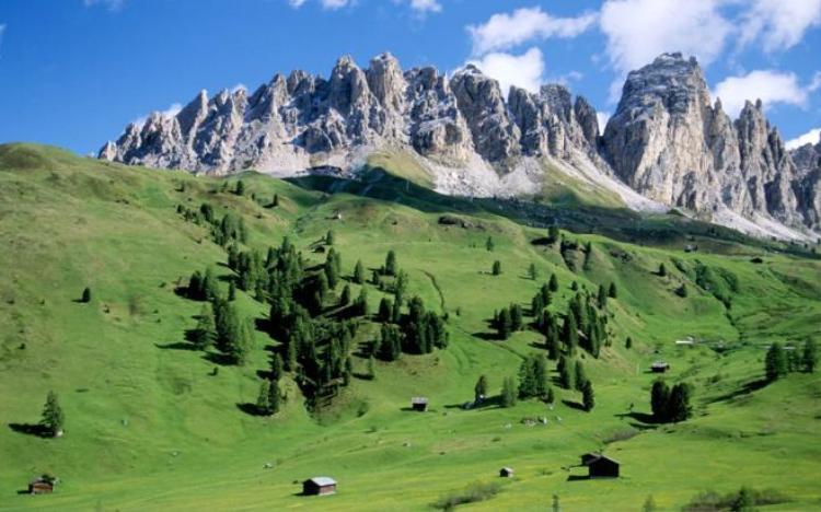 18. Núi Odle, Ý: Những ngọn núi với khung cảnh tuyệt đẹp này là một bộ phận của dãy Dolomites - khu vực được đưa vào danh sách di sản thế giới.