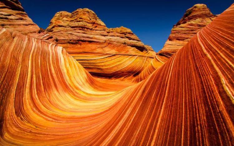 2. The Wave, Arizona: Vùng sa thạch đầy màu sắc này ở Coyote Buttes, phía bắc nước Mỹ với những đường vân uốn lượn như những ngọn sóng, đã được hình thành từ kỷ Jura - cách đây gần 200 triệu năm.