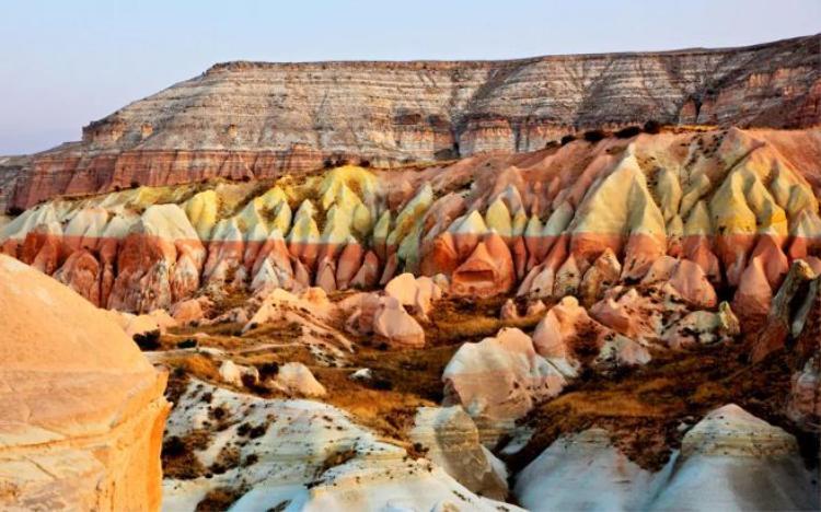 20. Cappadocia, Thổ Nhĩ Kỳ: Khung cảnh như bề mặt của Mặt Trăng này thực chất nằm ở Thổ Nhĩ Kỳ, với những đồi núi, cồn cát mang nhiều màu sắc, hình thù thú vị.