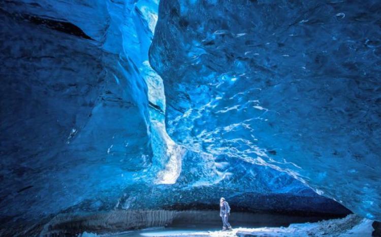 3. Động băng Mendelhall, Alaska: Vẻ đẹp của hang động này nằm ở những bức tường băng và sắc xanh thay đổi kỳ ảo, lung linh như là có những dòng nước đang thực sự chảy bên trong chúng.