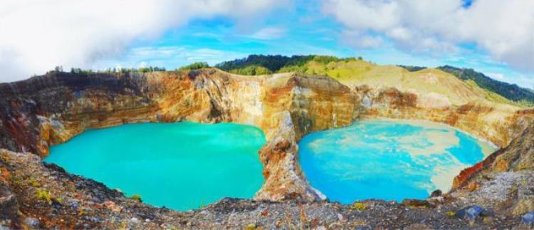 9. Hồ miệng núi Kelimutu ở Flores, Indonesia: Theo truyền thuyết địa phương, 1 trong 3 hồ ở đây là nơi trú ngụ của linh hồn quỷ dữ. Nước trong hồ có thể thay đổi màu sắc và thời gian qua chúng đã chuyển từ nâu, đỏ đồng sang xanh lam và cũng có khi xám đen như mực.