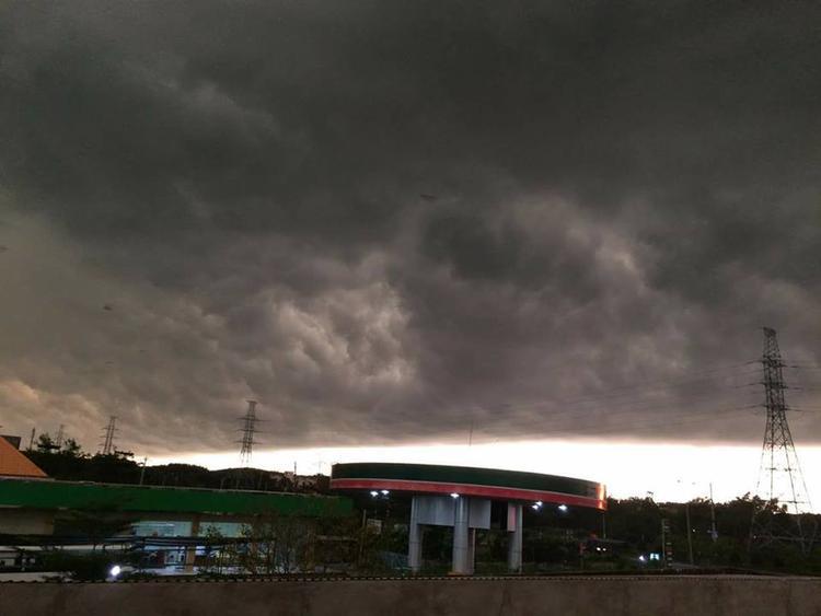 Mây đen giăng kín trời Sài Gòn. Ảnh: Ngô Cường