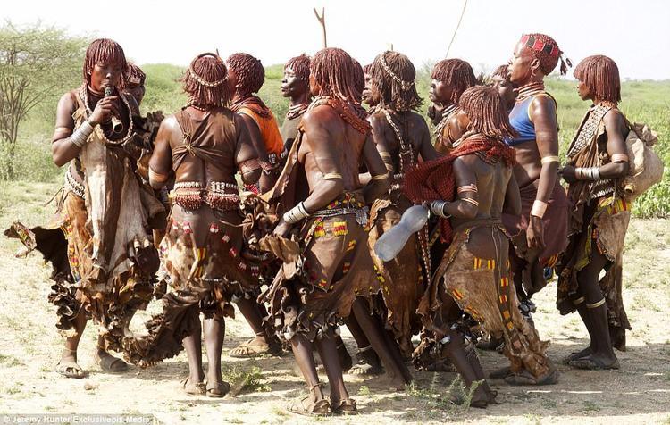 Buổi lễ diễn ra mà không có bất kì tiếng kêu la nào. Thay vì bỏ chạy, những người phụ nữ lại cầu xin người đàn ông tiếp tục đánh mình cho đến khi máu nhỏ xuống mảnh đất cằn cỗi của thung lũng Omo.